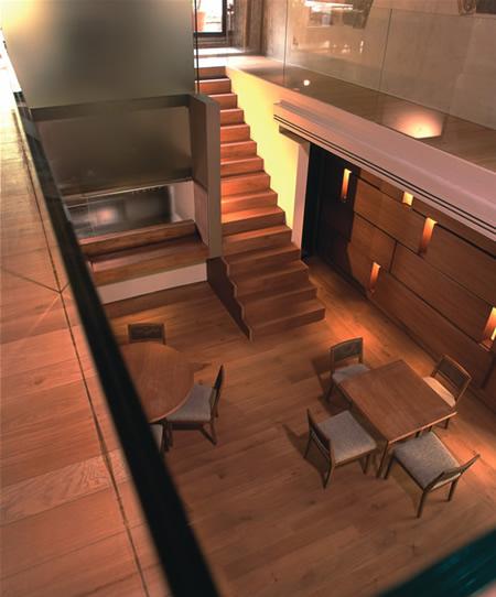 Arredo contemporaneo ristorante scala legno scala corten for Arredamento in legno per ristorante