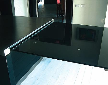 Arredo casa cucina laccata tavolo cristallo porte finestre for Cabina a 2 piani