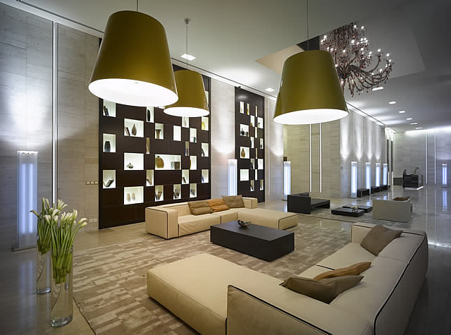 Arredamento per hall albergo realizzato in cuoio naturale for Arredamenti per hotel di lusso