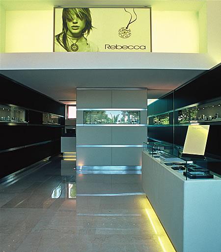 Arredo negozi gioielli legno acciaio inox cristallo pelle for Arredo inox